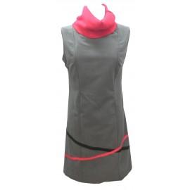 Vestido gris cuello rojo